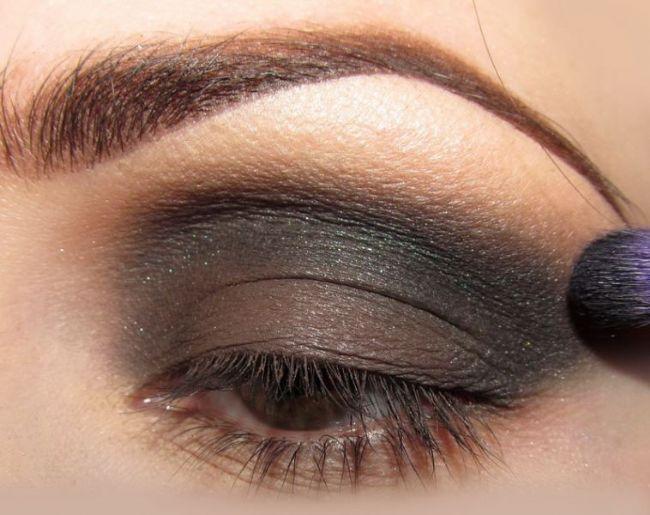 Daha sonra göz kapağınızın diplerine koyu renk bir far uygulayarak belirginleştirin.
