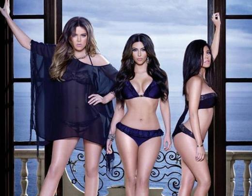 EY TEKNOLOJİ! SEN NELERE KADİRSİN  Özellikle ünlülerin fotoğraflarında kullanılan photoshop uygulaması sınır tanımıyor. Bunun son örneğini de Kardashian kardeşler sergiledi.   Kendi isimlerini taşıyan iç çamaşırı markasının tanıtımı için objektif karşısına geçen Kim, Khloe ve Kortney Kardashian bu mucize uygulamanın bütün nimetlerinden faydalandı.