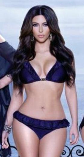 Fotoğraflarda Kim Kardashian, inanılmaz ince bir bele sahipmiş gibi görünüyor. Oysa gerçekte Kardashian daha dolgun hatlara sahip.