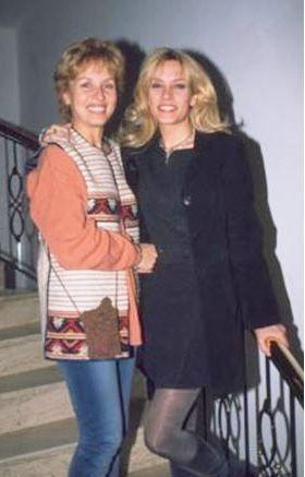 Ebru Cündübeyoğlu annesiyle birlikte. Oyunculuğa yönelen Cündübeyoğlu kendi de bir kız çocuğu annesi oldu.