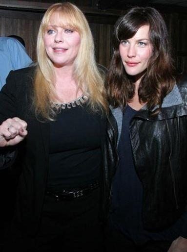 Bebe Buell, Liv Tyler'ın annesi. Tyler da güzel yüzünü annesinden almıy.   Kaynak: Hürriyet