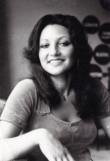 1970'li yılların sonunda çekilen bu fotoğrafta görülen genç kız Miss International Güzellik Yarışması'da Türkiye'yi temsil etmişti. Nur Balçon evlenip çoluk çocuğa karıştıktan sonra gösteri dünyasından elini eteğini çekti.