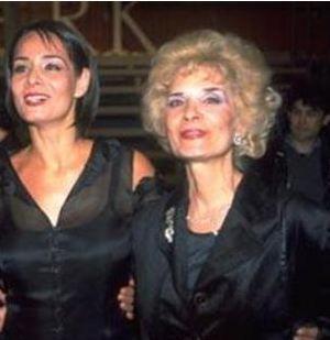 Neşe Erberk'in annesi de ilerleyen yaşına rağmen güzelliğiyle dikkat çekiyor.