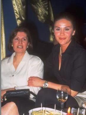Anne - kız Şenerler birlikte.