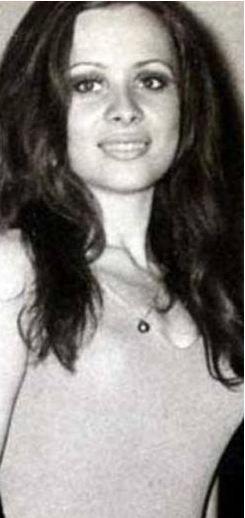 Bu siyah-beyaz fotoğraftaki genç kız 1970 yılında katıldığı Türkiye güzellik yarışmasında dördüncü oldu. Yıllar sonra 1993'te kızı da bir Türkiye güzellik yarışmasına katıldı ve o da annesiyle aynı dereceyi aldı.