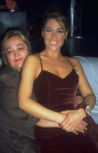 Hülya Avşar annesini bir süre önce kaybetti.