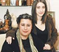 Avukat Ayşegül Hanım, Hazal Kaya'nın annesi.