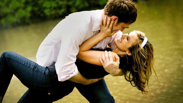 5- Hiç tanımadığınız bir adamla göz göze gelmek  Neden işe yarar?: İlk kez göz göze gelindiğinde, bu son derece etkileyici olabiliyor. Heyecanlanıyorsunuz çünkü göz göze gelmek kafalarda bir anda cinsel bir soru işaretini de çağrıştırıyor.  Bunu deneyin: İster şaka yollu ister bilerek olsun; bir kol teması ile işe başlayabilirsiniz. Bu, bir yabancıda ufak da olsa etkileşim yaratacaktır.