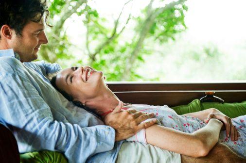 4- Uzun bir koşu sonrası nefes nefese kalmak  Neden işe yarar?: Egzersiz dopamin ve norepineprin salgılanmasını tetikler, vücudunuz egzersiz sonrasında endorfin salgılar ve kan akışınız artar. Egzersiz sonrası tüm bu vücutta yaşananlar, cinsellik yaşanırken olanlara paralel.  Bunu deneyin: İşten eve gelince, TV seyretmek için koltuğa yayılmadan önce bir iki zindelik verici yoga hareketi, birkaç mekik veya şınav deneyin.