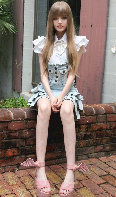 Giyim tarzı Japon çizgi romanlarından çıkmışa benzeyen Dakota Rose, Barbie bebeğe benzerliği ile de dünyanın dört bir yanında haberlere konu oldu.