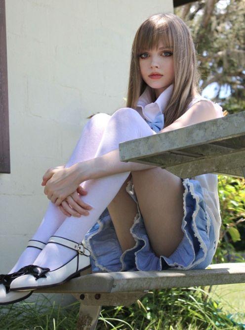 Kimileri genç kızın fotoğraflarının photoshop yardımıyla bu hale getirildiğini iddia etse de, Dakota Rose YouTube üzerinden paylaştığı videolarda sadece makyaj kullandığını söylüyor.
