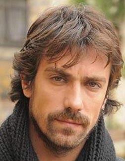 İbrahim Çelikkol, Türkiye'nin ela gözlü yakışıklılarından.