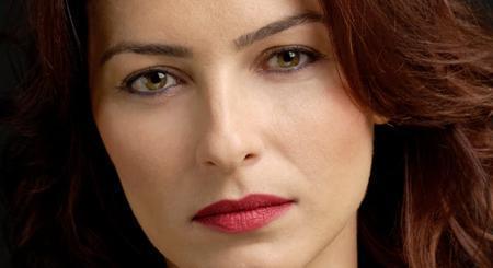 Ayça Bingöl de gözlerinin güzelliğiyle dikkat çekiyor