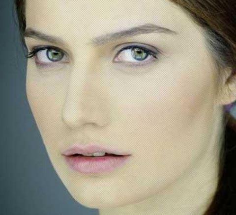 Gülcan Arslan da 'renkli' bakışlı ünlülerden.