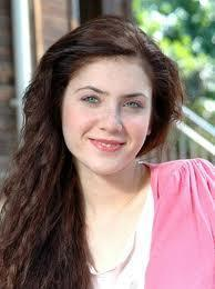 Fulya Zenginer iri mavi gözleriyle dikkat çekiyor.