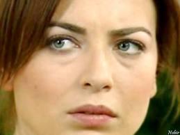 Yeşim Büber'in gözleri de iri mavi.