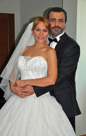 Genellikle romantik komedilerde ya da aile dizilerinde oynayan Cündübeyoğlu, rol aldığı hemen tüm dizilerde gelinlik giyiyor.