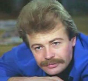 Bulgaristan'da doğan ve gerçek adı Nureddin İbrahimov olan aktör bir süre bankacılık bir süre de eczacılık yapmıştı.