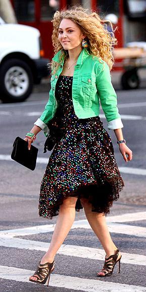 Sex and the City'nin devaöı niteliğinde olan Carrie Diaries filminde başrol oynayan Anna Sophia Robb, en yeni stil ikonumuz. Dizinin setinde de payetli elbiseler, kabarık etekler ve seksi ayakkabılarıyla dikkat çekiyor.