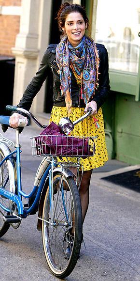 Ashley Greene yeni dizisi Americana'nın setinde satı kuş desenli eteği ve deri ceketi ile göz kamaştırıcı görünüyor.