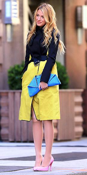 Blake Lively televizyonun en şık dizilerinden biri olan Gossip Girl dizisinin setinde. Sarı trençkotu, mavi çantası ve pembe ayakkabılarıyla rengarenk görünüyor.