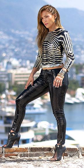 Jennifer Lopez yeni müzik videosu Follow the Leader setinde parlak deri pantolonu ve payetli bluzu ile.
