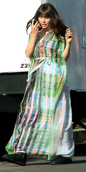 Jessica Biel Emmanuel and the Truth About Fishes filminin setinde maksi elbisesi ve uzun peruğuyla.