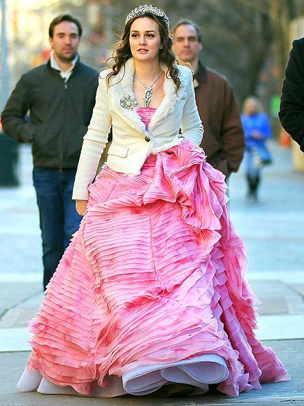 Gossip Girl dizisinin kreliçe arısı Leighton Meester, çekimlerden birinde üzerinde pembe tuvaleti ve beyaz ceketi ile görülüyor. Tabii ki mücevherleri de unutmamak gerek.