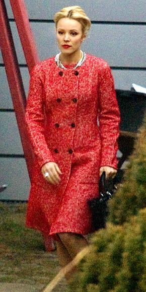 Rachel McAdams yeni gerilim filmi Passion'ın setinde kırmızı pardesüsü ve inci kolyesiyle tam bir iş kadını gibi görünüyor.