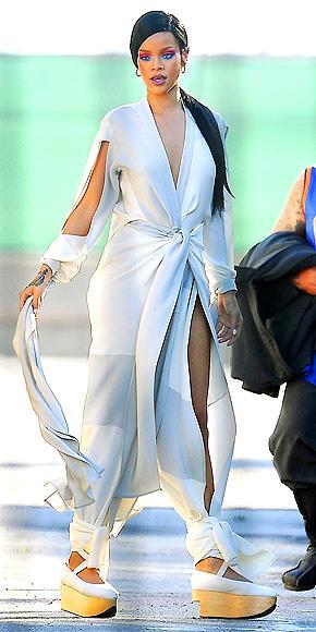 Rihanna Coldplay'in Prenses China videosu için sette hazırlanırken.
