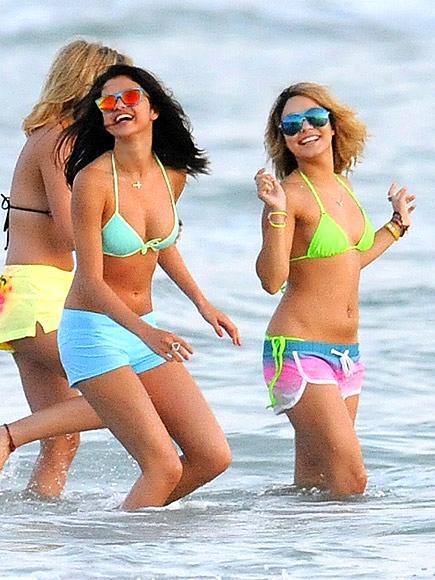 Selena Gomez ve Vanessa Hudgens yeni filmleri Spring Breaker'ın setinde bikinileri ve renkli şortları ile.