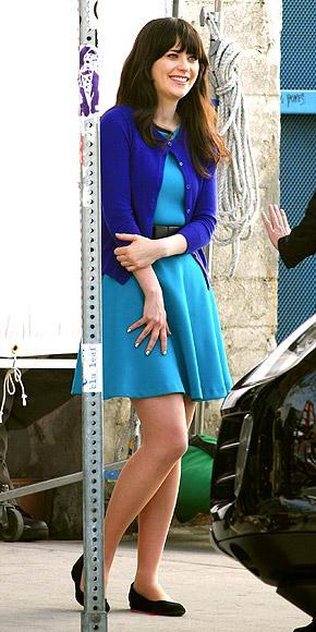 The New Girl dizisinin yıldızı Zooey Deschanel, dizi setinde her zaman renkli ve hareketli kıyafetleri tercih ediyor.