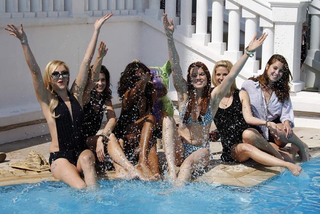 Femme Fatales adlı dizinin oyuncuları Fransa'nın Cannes kentinde her yıl düzenlenen MIPTV Televizyonculuk Fuarı'nda objektif karşısına geçti.