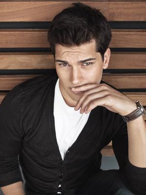 Genç oyuncu Çağatay Ulusoy 1990 doğumlu.