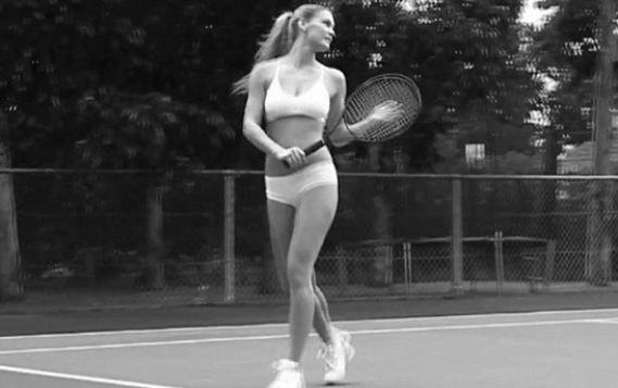 26 yaşındaki model Bar Rafaeli, kendine ait iç çamaşırı markası olan under.me'nin siyah beyaz çekilen reklamında tenis oynuyor.