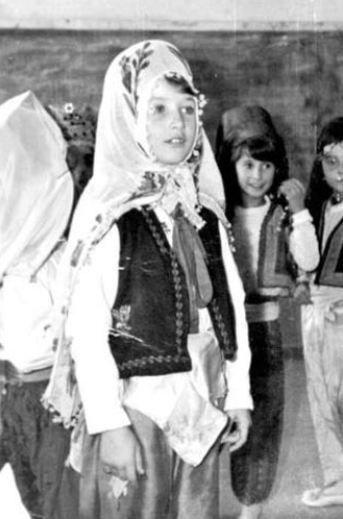 """Düğün salonlarında şarkı söyledi  Seda Sayan'ın hikayesi de Tilbe'ninkinin biraz farklı bir versiyonu. İstanbul Kadırğa'da 11 ailenin oturduğu, avlusu, tuvaleti ortak gecekondulardan birinde doğup büyüdü asıl adı Aysel Gürsaçar olan Seda Sayan. O kadar fakirdi ki ailesi ilkokula giderken babası ona önlük ve çanta parasını bile zorla denkleştirdi. Babası alkolik olduğu ve düzenli çalışmadığı için pek çok şey içinde kalmış Sayan'ın... Tıpkı pek çok kişinin sahip olduğu aile albümü gibi. O günleri bir söyleşisinde """"Paramız olmadığı için fotoğraf çektiremezdik. Bu yüzden albümümüz de olmazdı"""" diye anlatmıştı Sayan."""