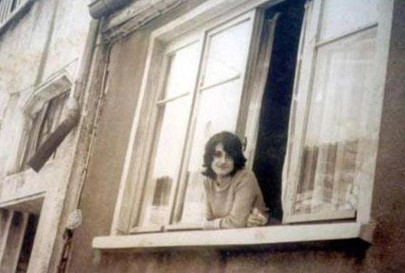 Küçük yıldız büyük sanatçı oldu   Hatice Yıldız Levent ya da herkesin bildiği adıyla Muazzez Ersoy da İstanbul Kasımpaşa'da fakir bir ailenin kızı olarak dünyaya geldi. Babası şofördü annesi de ailesine katkıda bulunmak için Cilabi'deki Tekel fabrikasında çalışıyordu.