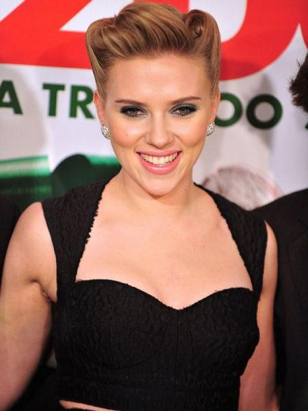 """Scarlett Johansson  Ünlü oyuncu """"iVillage"""" dergisine verdiği röportajında böceklerden, özellikle de hamam böceklerinden ölesiye korktuğunu söyledi. Johansson korkusunu şu sözlerle anlattı: """"Onlardan o kadar korkuyorum ki bir tane görsem yerimden kıpırdayamıyorum."""