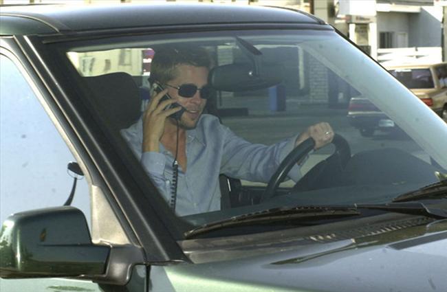 """Brad Pitt  """"Yedi""""nin ünlü aktörünün hayattaki en büyük korkusu arabayla geri geri gitmek. ABD'li aktör """"Empire"""" dergisine verdiği röportajında hayatını etkileyen korkusunu şu sözlerle dile getirdi: """"Yolda arabayla giderken bir dönüşü kaçırdıysam asla geri gitmem. Yoluma devam eder sonraki sapaktan dönerim. Bu sanırım psikolojik bir durum."""""""