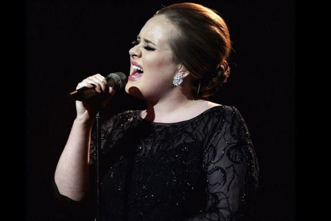 """Adele Grammy ödüllü sanatçı hala kalabalık konserlere çıkarken çok korktuğunu belirtti. BBC radyosuna konuşan İngiliz şarkıcı şunları söyledi: """"Çok kalabalık bir salonda konser verme fikri beni o kadar korkutuyor ki. Özellikle festivallerde yer almak istemiyorum."""""""