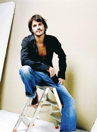 Mehmet Günsur  Aktörün boyu çok uzun değil. Günsur 1.70 cm boyunda