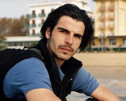 Mehmet Akif Alakurt Aktör 1.89 cm boyunda.