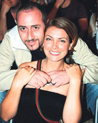 Cem Yılmaz'ın G.O.R.A. filmiyle ünlenen ve Show TV'de yayınlanan Pis Yedili dizisinde Filiz öğretmen karakterini canlandıran oyuncu Özge Özberk (36), eşi Hayim Sadioğlu'nun açtığı şok davayla sarsıldı. Sivas'ta maden işletmeciliği yapan Sadioğlu, İstanbul Aile Mahkemesi 'ne başvurarak 5 yıllık eşi Özge Özberk'e boşanma davası açtı.