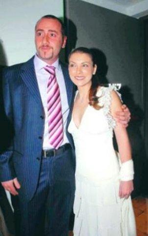8 yıllık ilişki  Özge Özberk, Hayim Sadioğlu (40) ile 3 yıllık bir flört döneminin ardından, 2007 'nin temmuz ayında Kemer Country'de evlenmişti. Düğüne Oktay Kaynarca, Özgü Namal, Emre Kınay, Emine Ün, Moris Kohen, Güzide Duran, Sinan Tuzcu, Dolunay Soysert gibi bir çok ünlü katılmıştı. Çift balayını Bali'de geçirmişti.