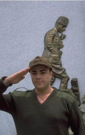Ünlü şarkıcının asker selamı.