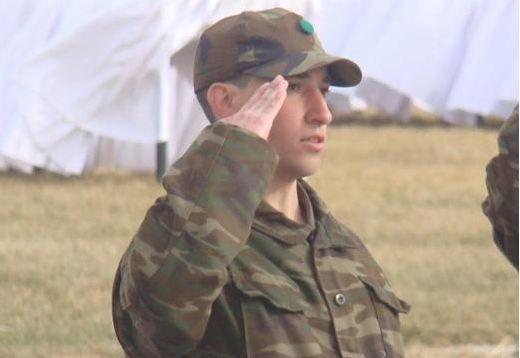 Barış Manço ailesinin gurur günü!  Barış Manço'nun küçük oğlu Batıkan Manço 2010 yılının son günlerinde askerliğini Erzincan'da yapmaya başladı.   Kaynak: Hürriyet