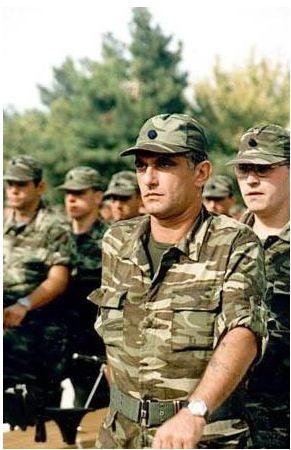 Uzun yıllar yurtdışında yaşayan Kenan Kalav askerliğini ileri bir yaşta yaptı.