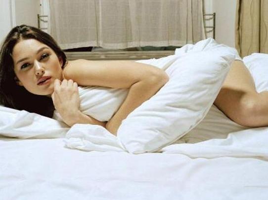 """KEIRA KNIGHTLEY  Keira Knightley; Sienna Miller'ın rol aldığı yeni filmleri 'The Edge of Love'daki sahneleriyle daha şimdiden çok konuşuluyor. Filmde kocasını oynayan Cillian Murphy'yle olan sevişme sahnesi için bakın Knightley ne demiş: """"Çok basit. Çünkü bu bir seks sahnesi ve çıplak olmak gerek. Bu sahneleri çamaşır giyerek çekmeyi düşünmem bile."""""""