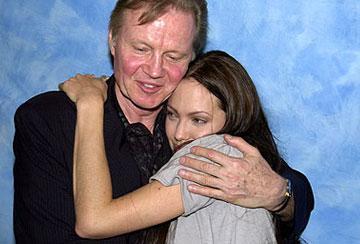 7 YIL SONRA BARIŞTILAR Angelina Jolie de aktör babası Jon Voight ile yıllarca küs kaldı.