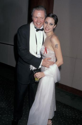 Voight ile Jolie'nin annesi Marcheline Bertrand'ın zorlu bir boşanma davası yaşamaları bu küslüğün temel sebebiydi.